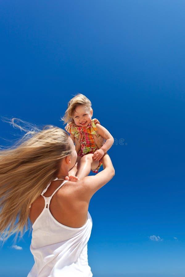 Szczęśliwa matka i małe dziecko na plaży zdjęcia stock