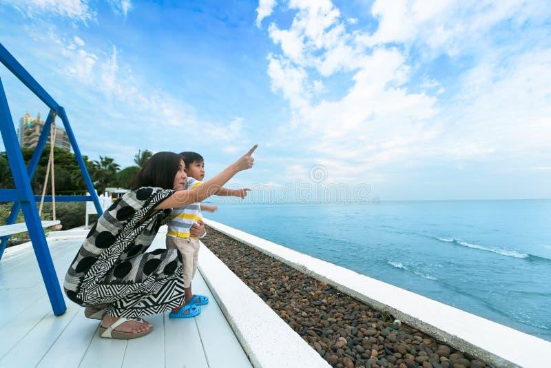 Szczęśliwa matka i syn patrzeje wzdłuż nieba w ranku dniu fotografia stock