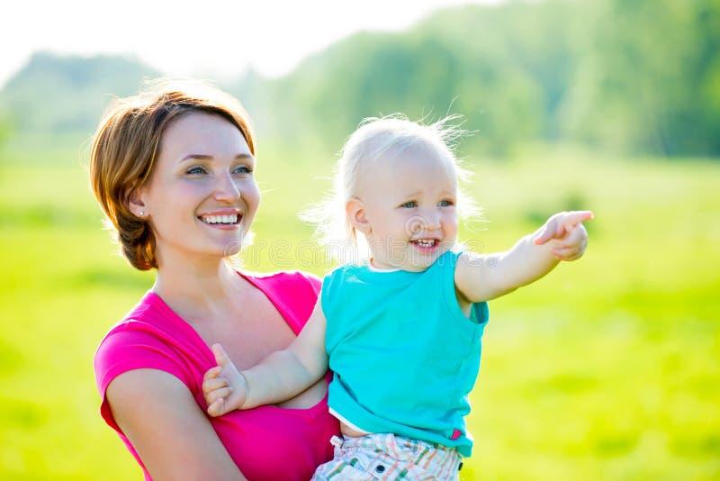 Szczęśliwa matka i syn przy polem obrazy stock