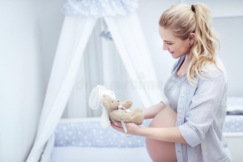 Szczęśliwa matka przygotowywa dziecka ` s pokój zdjęcie royalty free