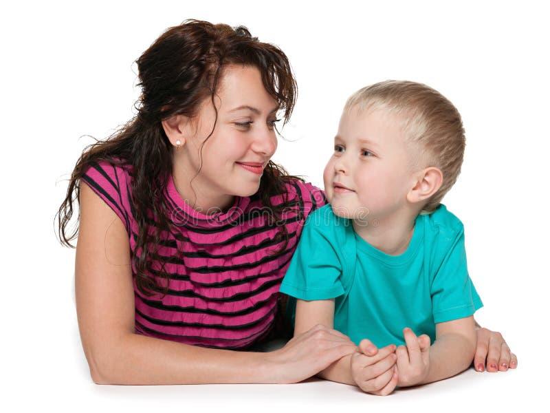 Szczęśliwa matka z jej małym synem fotografia royalty free