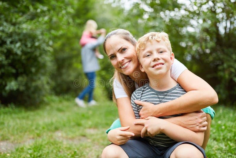 Szczęśliwa matka z jej synem na wakacje fotografia stock