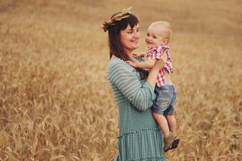 Szczęśliwa matka z synem w polu zdjęcie royalty free
