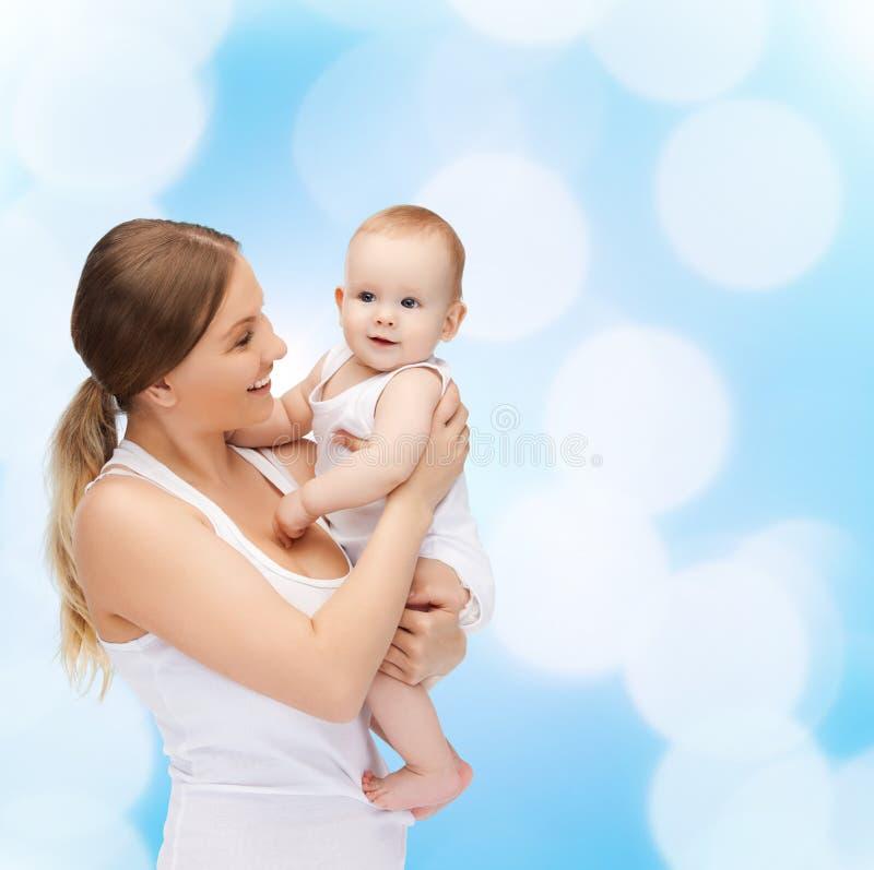 Szczęśliwa matka z uroczym dzieckiem zdjęcie royalty free
