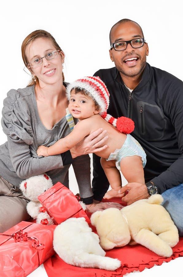 Szczęśliwa międzyrasowa rodzina dla bożych narodzeń zdjęcia stock