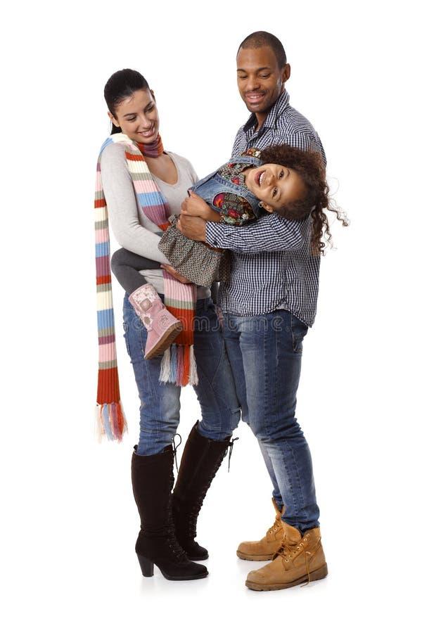 Szczęśliwa międzyrasowa rodzina z małą córką zdjęcia stock