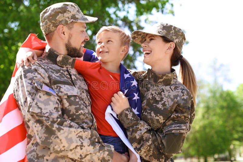 Szczęśliwa militarna rodzina z ich synem outdoors zdjęcie royalty free