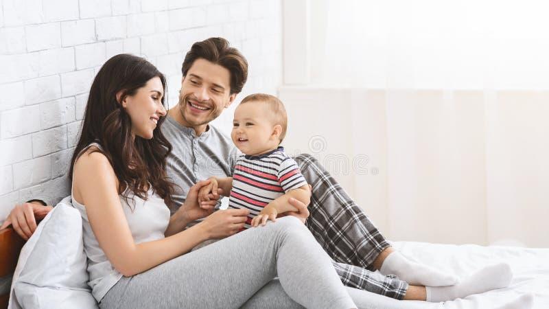 Szczęśliwa millennial para cieszy się rodzicielstwo z uroczym dzieckiem obrazy royalty free