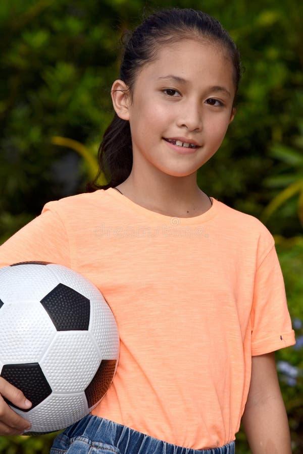Szczęśliwa Mniejszościowa Żeńska atleta Z piłki nożnej piłką fotografia royalty free