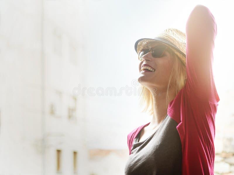 Szczęśliwa modniś kobieta cieszy się lato w mieście obraz stock