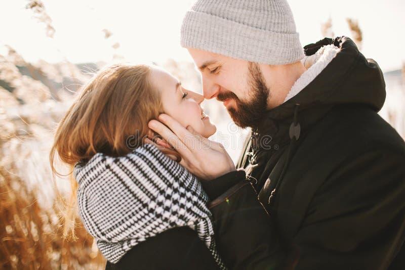 Szczęśliwa modniś para ściska blisko zim płoch i jeziora zdjęcia royalty free