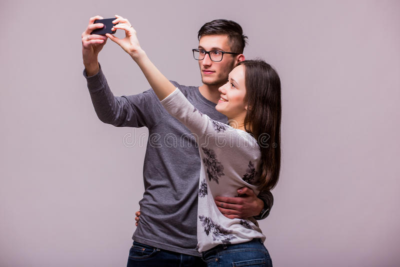 Szczęśliwa modniś para bierze selfie zdjęcia stock
