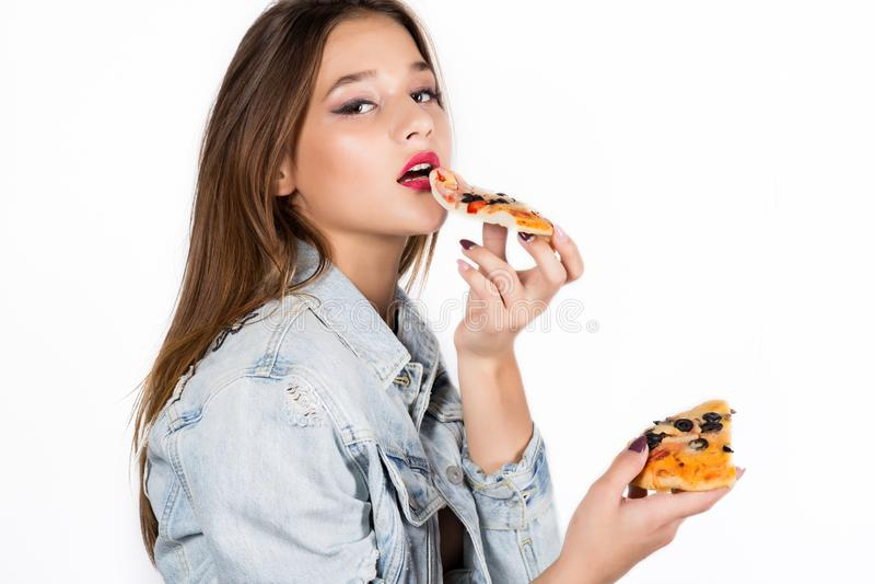 Szczęśliwa mody kobieta trzyma kawałek pizza dziewczyny jeść pizzy zdjęcia stock