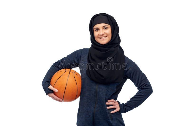 Szczęśliwa muzułmańska kobieta w hijab z koszykówką obraz stock