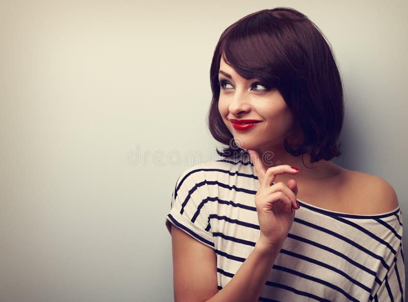 Szczęśliwa myśląca młoda kobieta patrzeje na pustej kopii przestrzeni Rocznik zdjęcia royalty free