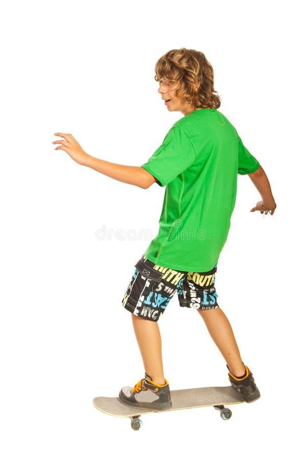 Szczęśliwa nastolatek samiec na deskorolka zdjęcie stock