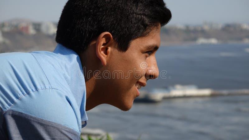 Szczęśliwa Nastoletnia chłopiec Przy oceanem obraz royalty free