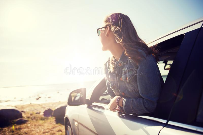Szczęśliwa nastoletnia dziewczyna lub młoda kobieta w samochodzie zdjęcia royalty free