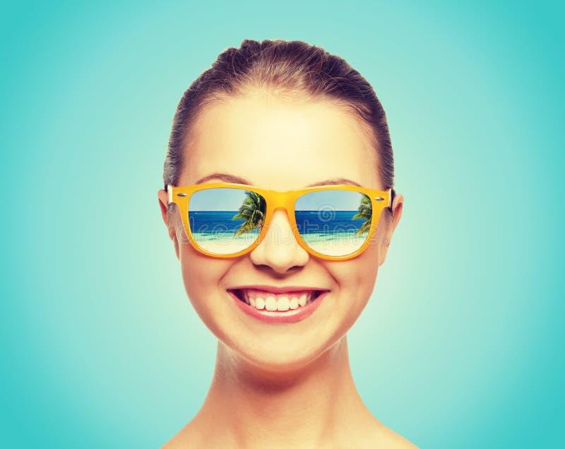 Szczęśliwa nastoletnia dziewczyna w okularach przeciwsłonecznych zdjęcie stock