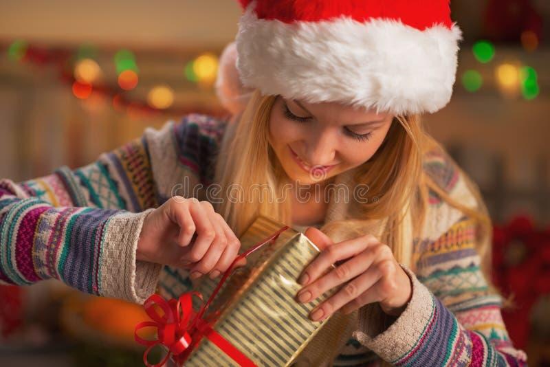Szczęśliwa nastoletnia dziewczyna w Santa otwarcia bożych narodzeń teraźniejszości kapeluszowym pudełku obraz stock