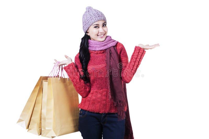Szczęśliwa nastoletnia dziewczyna z torba na zakupy zdjęcia royalty free