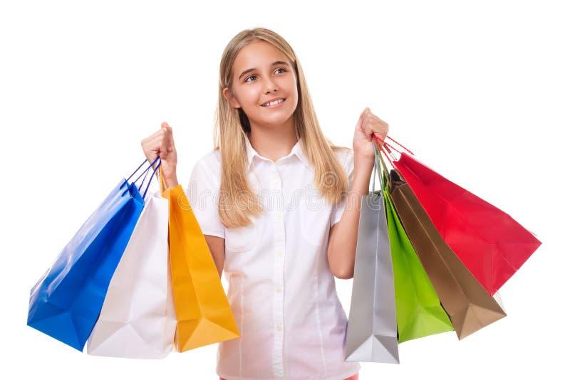 Szczęśliwa nastoletnia dziewczyna z torba na zakupy przyglądający up, odosobniony obraz stock