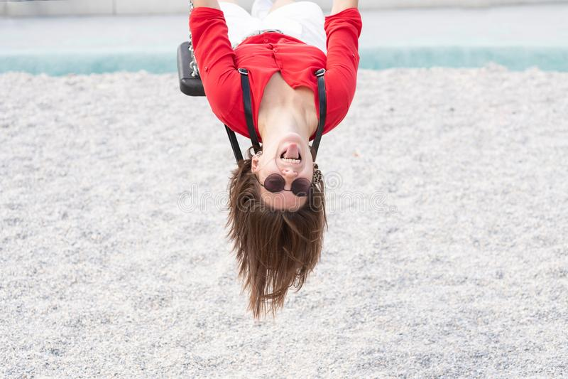 szczęśliwa nastoletnia dziewczyna zabawę na huśtawkowym słońce racy zdjęcie stock