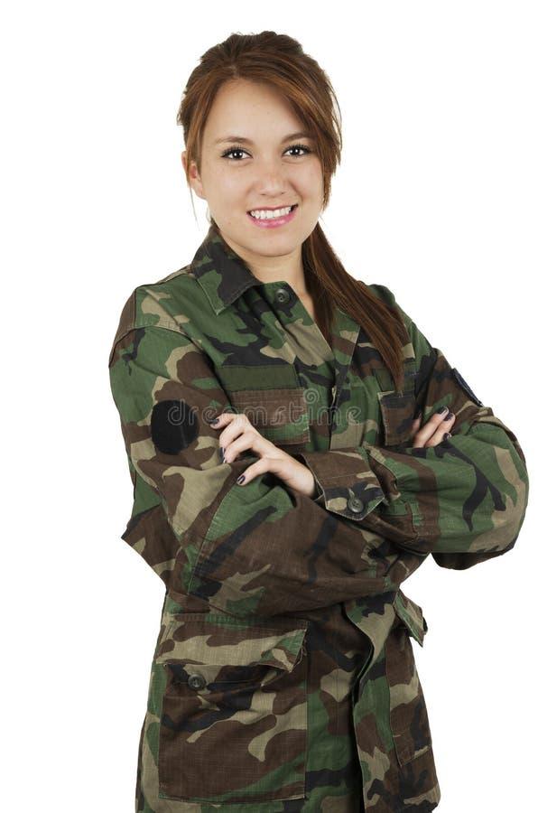 Szczęśliwa nastoletnia młoda dziewczyna jest ubranym zielonego wojskowego fotografia stock