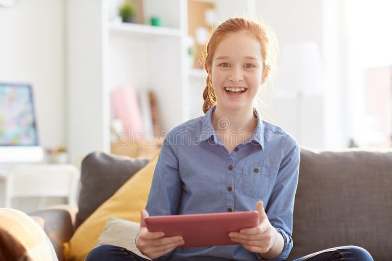 Szczęśliwa nastoletniej dziewczyny mienia pastylka zdjęcia royalty free