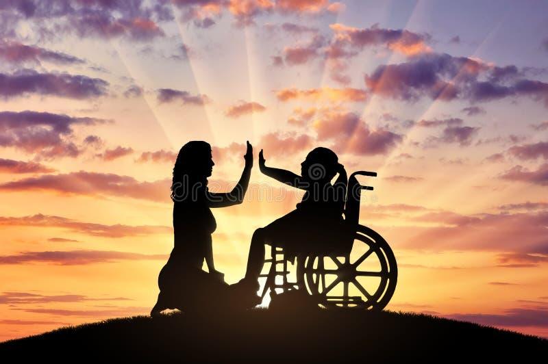 Szczęśliwa niepełnosprawne dziecko dziewczyna w wózku inwalidzkim i jej mamie na spacerze zdjęcia stock