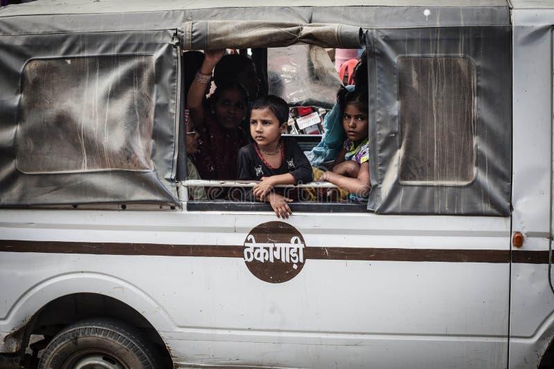 Szczęśliwa niezidentyfikowana rodzina podróżuje kraju, Kerala zdjęcia royalty free