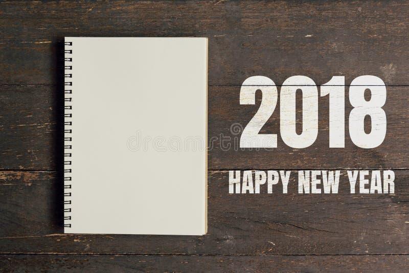 Szczęśliwa nowego roku 2018 i Brown nutowa książka otwarta na drewno stołu backg zdjęcie royalty free