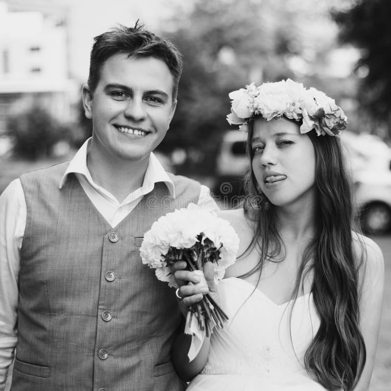 Szczęśliwa nowożeńcy para ma zabawę zdjęcia royalty free