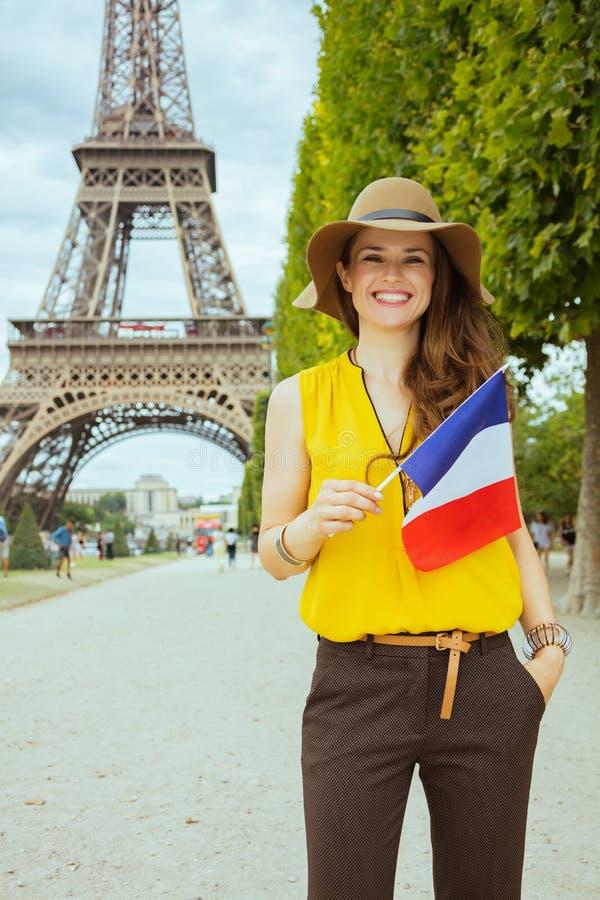 Szczęśliwa nowożytna podróżnicza kobieta z francuz flagą obraz royalty free