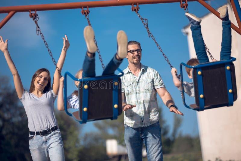 Szczęśliwa nowożytna rodzina wydaje ich czas wolnego wpólnie obraz stock