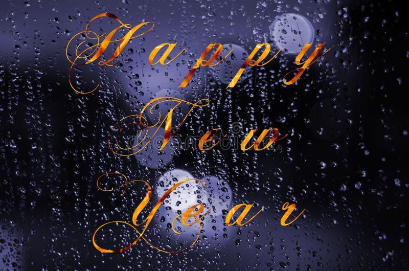 Szczęśliwa nowy rok wiadomość pisać na mokrym szkle Nocy miasta życie przez windscreen: ciemność i deszcz royalty ilustracja