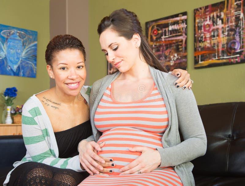 Szczęśliwa Oczekuje matka z partnerem zdjęcia stock