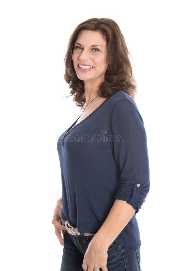 Szczęśliwa odosobniona dojrzała kobieta w lata pięćdziesiąte odizolowywających nad bielem zdjęcie stock