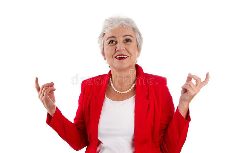 Szczęśliwa odosobniona stara kobieta w czerwony szczęśliwy o jej s i rozochoconym zdjęcia stock