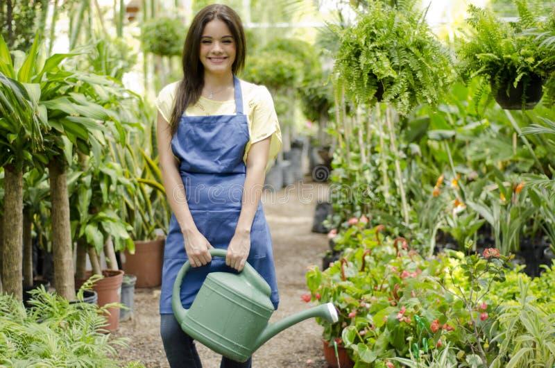 Szczęśliwa ogrodniczka przy pracą zdjęcia royalty free
