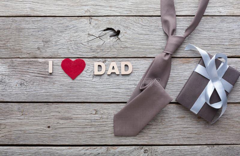 Szczęśliwa ojca dnia karta na nieociosanym drewnianym tle obraz royalty free