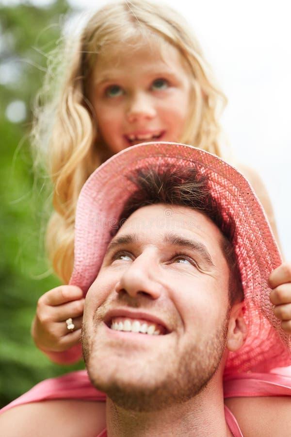 Szczęśliwa ojca piggyback córka fotografia stock