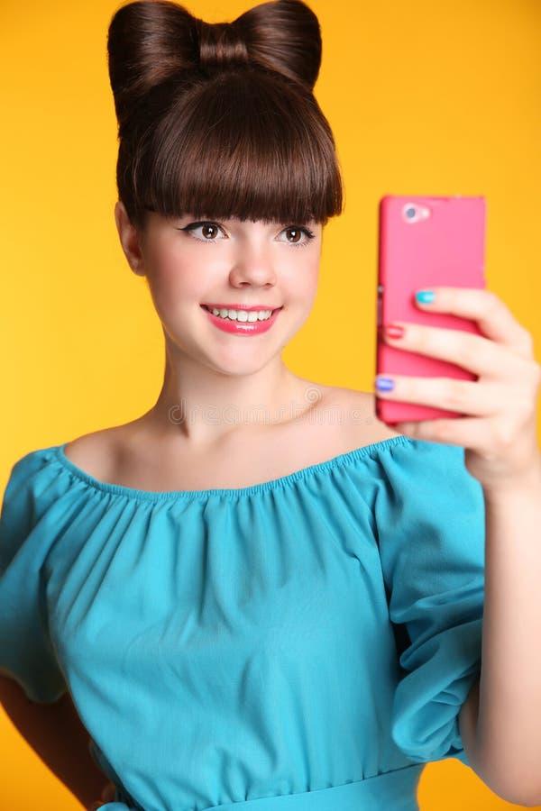 Szczęśliwa ono uśmiecha się śmieszna nastoletnia dziewczyna Bierze Selfie fotografię na Mądrze telefonie obrazy royalty free