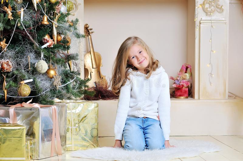 Szczęśliwa ono uśmiecha się osiem lat dziecka ładna blond caucasian dziewczyna fotografia stock