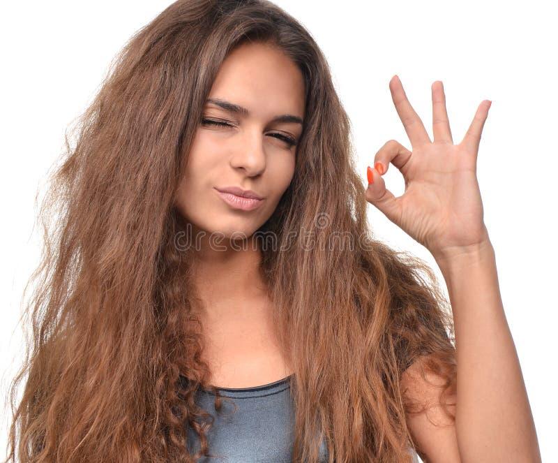 Szczęśliwa ono uśmiecha się szczwana piękna brunetki młoda kobieta pokazuje ok dobrego obrazy stock