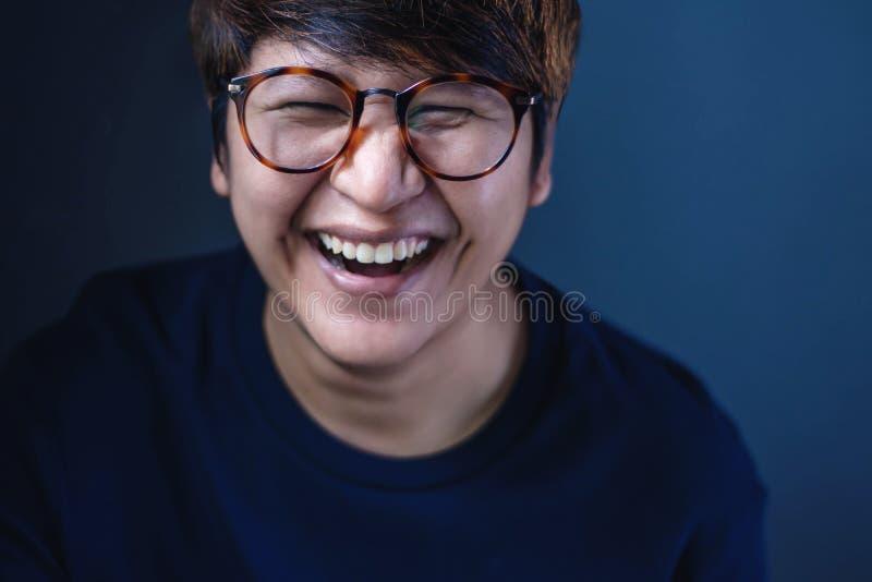 Szczęśliwa osoba jest Roześmianym, Selekcyjnym ostrością, zdjęcia royalty free