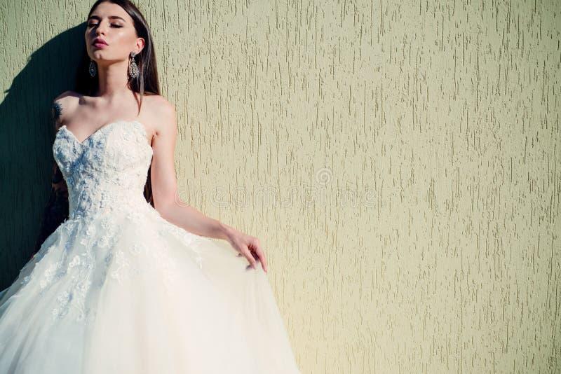 Szczęśliwa panna młoda przed poślubiać Piękne ślubne suknie w butiku Cudowna bridal toga kobieta przygotowywa dla poślubiać zdjęcie stock