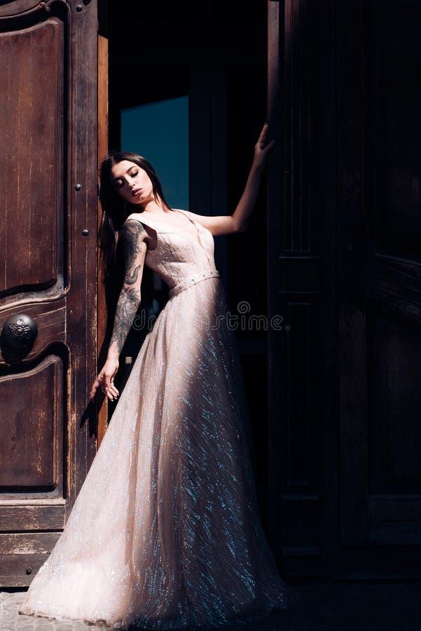 Szczęśliwa panna młoda przed poślubiać Piękne ślubne suknie w butiku Cudowna bridal toga kobieta przygotowywa dla poślubiać obraz royalty free