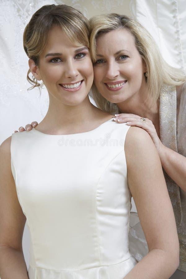 Szczęśliwa panna młoda Z matką zdjęcia royalty free