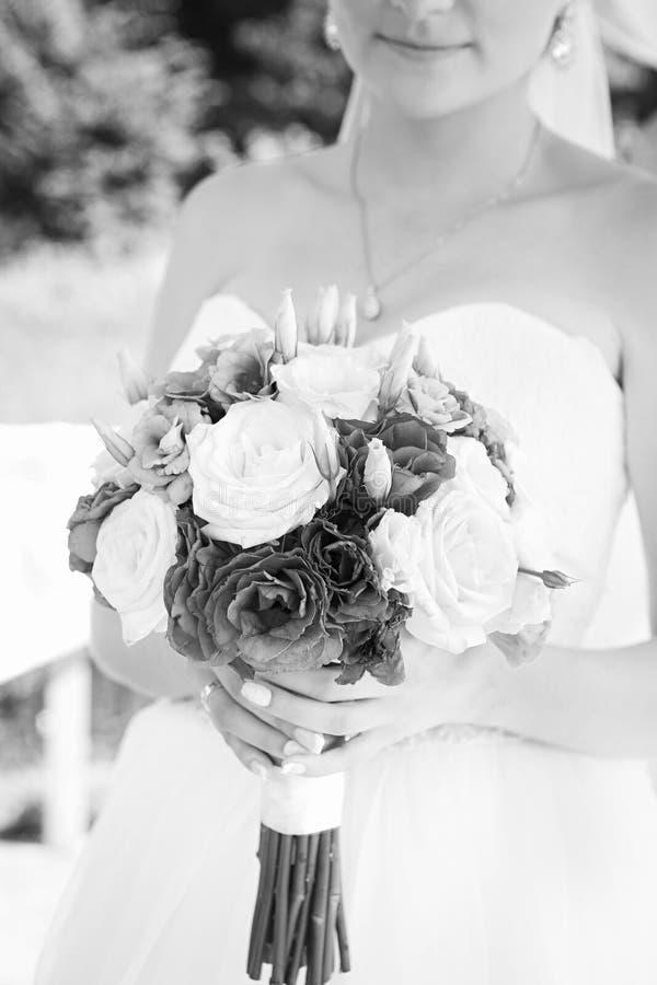 Szczęśliwa panna młoda z pięknym ślubnym bukietem czarny i biały, fotografia royalty free